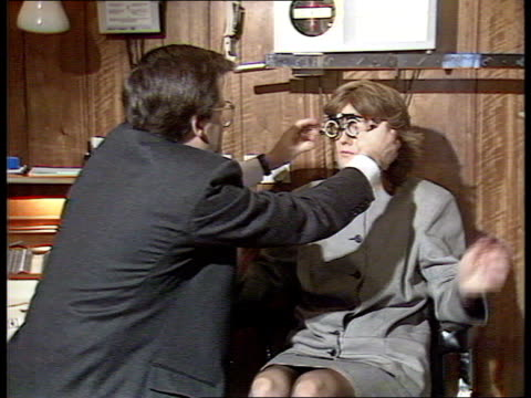 vidéos et rushes de england oxford radcliffe infirmary woman having eye test w'min intvw ian hunter director assoc of optometrists - opticien