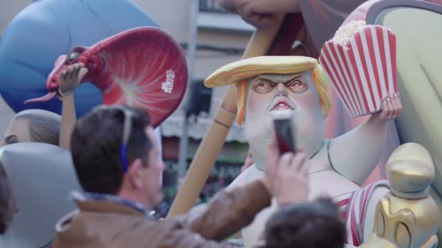 stockvideo's en b-roll-footage met fallas, hombre tomando una fotografía - detrás