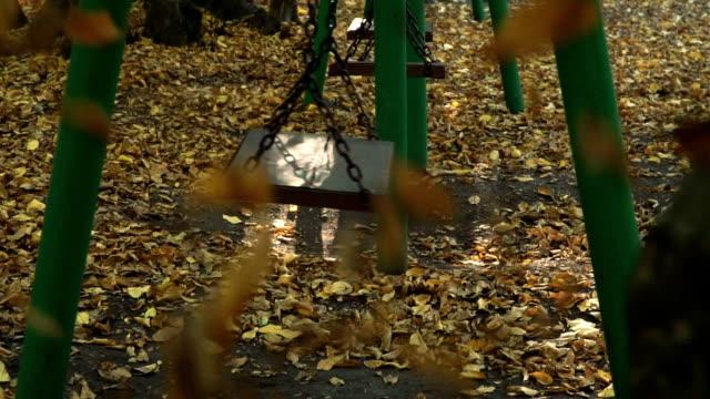 stockvideo's en b-roll-footage met gevallen bladeren en swing in de herfst - schommelen bungelen