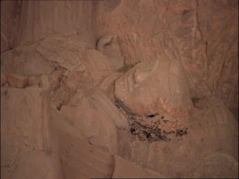 ms fallen terracotta warrior, museum of qin, xian, china - terrakotta armee stock-videos und b-roll-filmmaterial