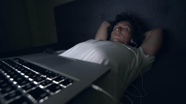 In slaap vallen.