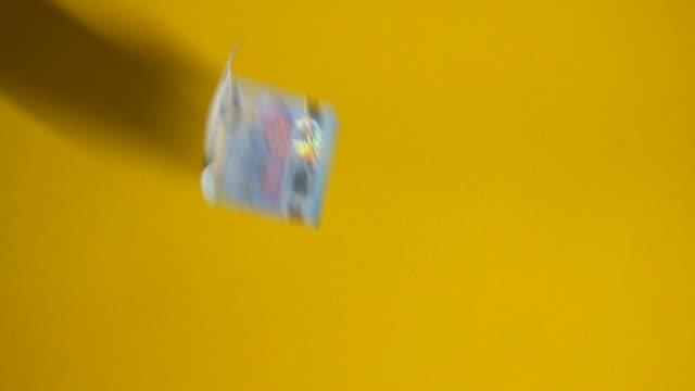 fallende euro-banknoten auf gelbem hintergrund in zeitlupe - geldschein stock-videos und b-roll-filmmaterial