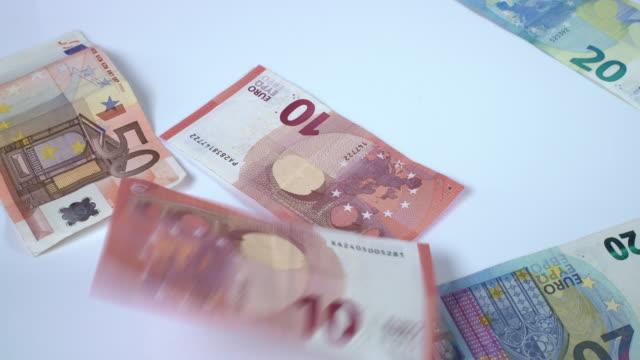 vídeos de stock, filmes e b-roll de queda das notas de euro - nota de cinquenta euros
