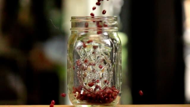Adzuki Bohnen in Glas fallen, Zeitlupe erschossen