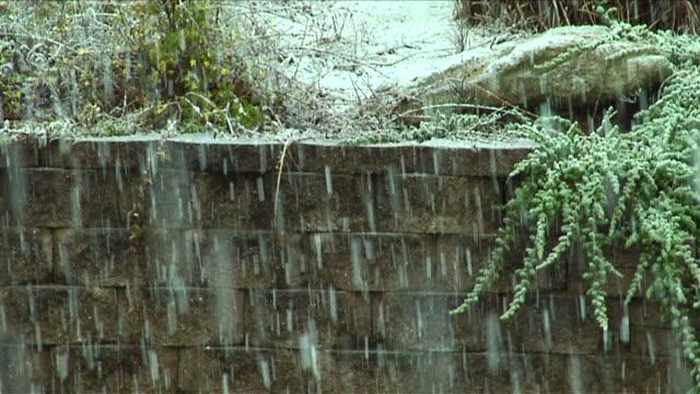 vídeos de stock, filmes e b-roll de de neve caindo - chuva congelada
