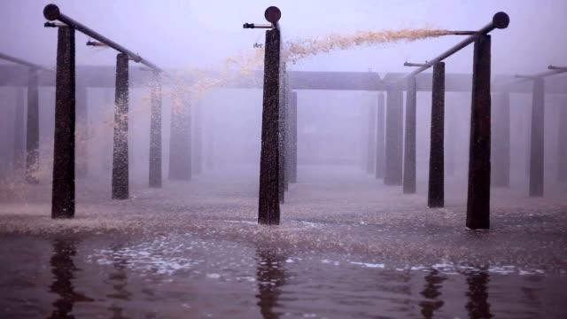 vídeos y material grabado en eventos de stock de agua que cae en la fábrica - glaseado para postres