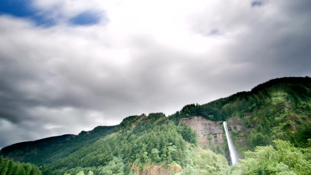 vídeos y material grabado en eventos de stock de cataratas y cloud - cascadas de multnomah