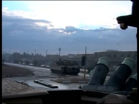 and iraqi military assault continues; sky pool iraq: fallujah: ext tanks from us first marine expeditionary force on road during advance on fallujah... - al fallujah bildbanksvideor och videomaterial från bakom kulisserna