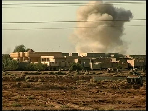 and iraqi military assault continues; sky pool iraq: fallujah: ext side cms us marine looking thru binoculars smoke rising from buildings during air... - al fallujah bildbanksvideor och videomaterial från bakom kulisserna