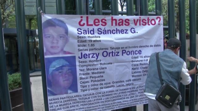 familiares de 11 jovenes desaparecidos el domingo a la salida de un bar de la ciudad de mexico advirtieron este viernes que el numero podria ser... - numero stock videos & royalty-free footage