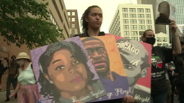 familiares de george floyd y ciudadanos de minneapolis marcharon el domingo en el primer aniversario de la muerte del afroestadounidense a manos de... - unfairness stock videos & royalty-free footage