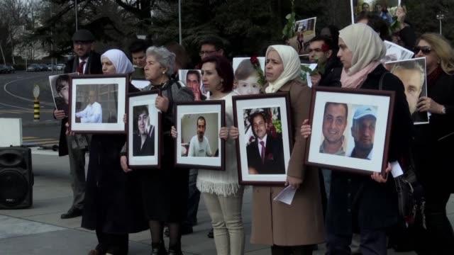 familiares de las victimas de la guerra en siria sostuvieron el jueves una vigilia frente a las instalaciones de las naciones unidas en ginebra donde... - naciones unidas stock videos & royalty-free footage