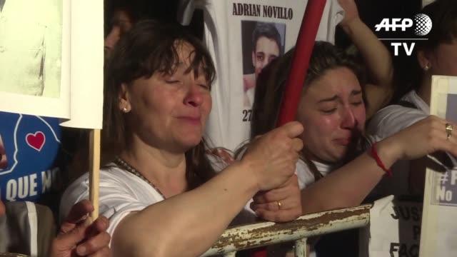 vídeos de stock e filmes b-roll de familiares de las victimas mortales de diversos crimenes marcharon el martes en buenos aires para exigir un alto a la impunidad y la inseguridad en... - exigir