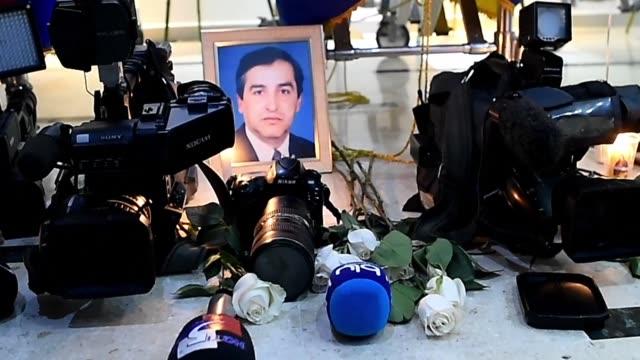 familiares y periodistas asistieron al funeral de los tres ecuatorianos del equipo de prensa del diario el comercio de quito que fueron asesinados en... - ecuadorian ethnicity stock videos and b-roll footage