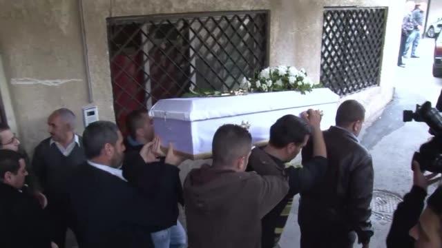 familias sirias enterraban este martes a victimas de un ataque contra una escuela de damasco y un autobus escolar que cobro la vida de al menos nueve... - niños stock videos & royalty-free footage