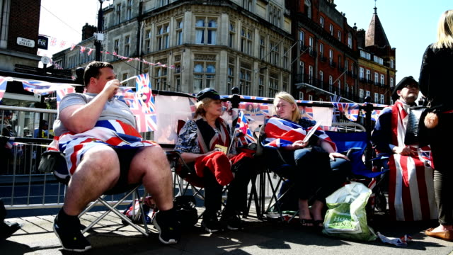vidéos et rushes de families and royal family fans stay seated to ensure a place ahead of a four day wait for the royal wedding of prince harry and meghan markle on may... - monarchie