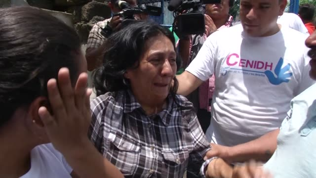 stockvideo's en b-roll-footage met families are reunited after nicaraguan police release student protesters arrested earlier this week - managua