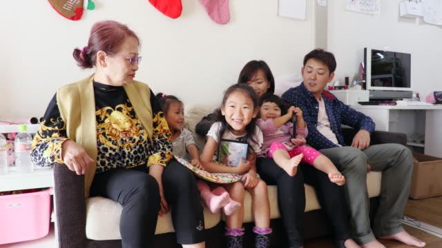 families are watching a video - 両親点の映像素材/bロール