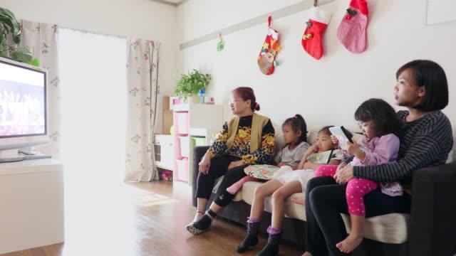 families are watching a video - familie mit zwei generationen stock-videos und b-roll-filmmaterial