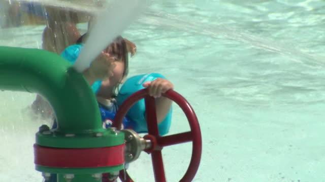 stockvideo's en b-roll-footage met ktla families cooling off at a water park - waterpark
