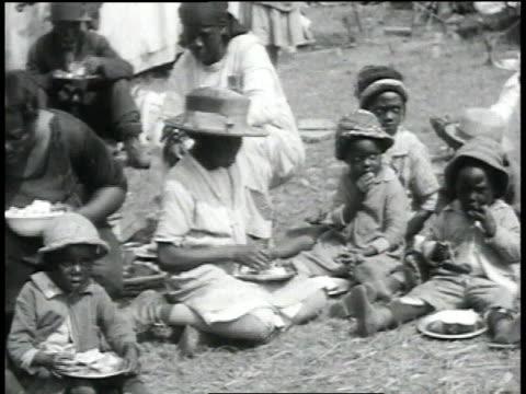 families eating outside / baton rouge, louisiana, united states - ミシシッピ川点の映像素材/bロール