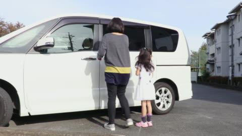 vídeos y material grabado en eventos de stock de families get into the car - vehículo terrestre