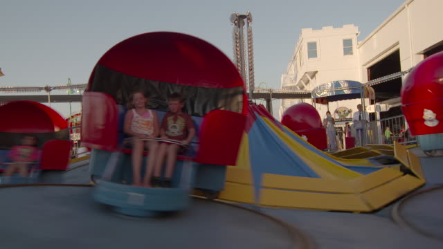 "vídeos y material grabado en eventos de stock de families ride the ""tilt a whirl"" at an amusement park resort on the jersey shore. - bulevar"