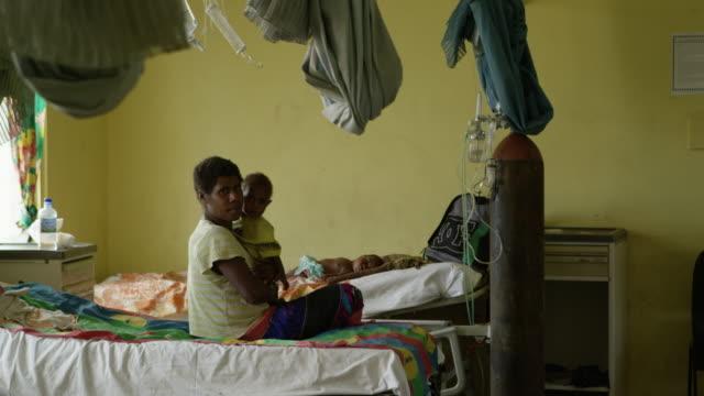 stockvideo's en b-roll-footage met vanuatu - march 30, 2015: families with babies in hospital ward - pacifische eilanden