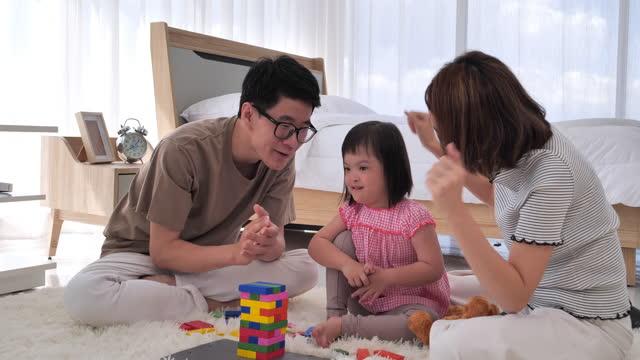 障害のある家族は幸せに暮らしていました。障害, 自閉症, 子供, 家族, 肖像画, 父, 母, 抱きしめる, ホールディング, 家. - 自閉症点の映像素材/bロール