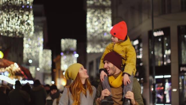 familly weihnachts-shopping in wien - österreich stock-videos und b-roll-filmmaterial