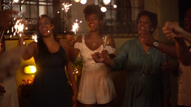 家族や友人の家で線香花火で新年のパーティーを祝う - 正月点の映像素材/bロール