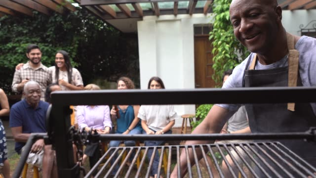 vídeos de stock e filmes b-roll de family and friends enjoying a barbecue party at home - latino americano