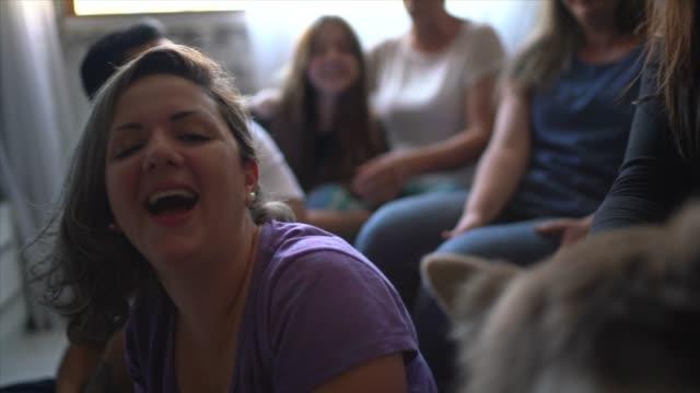 vídeos de stock, filmes e b-roll de família e amigos curtindo bons momentos juntos e rindo em casa - sofá