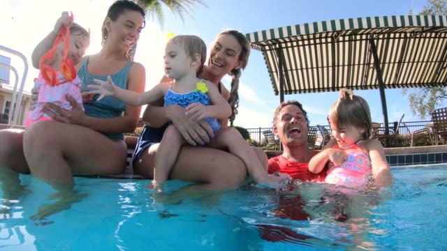 familie und freunde hängen am schwimmbad - 30 34 years stock-videos und b-roll-filmmaterial
