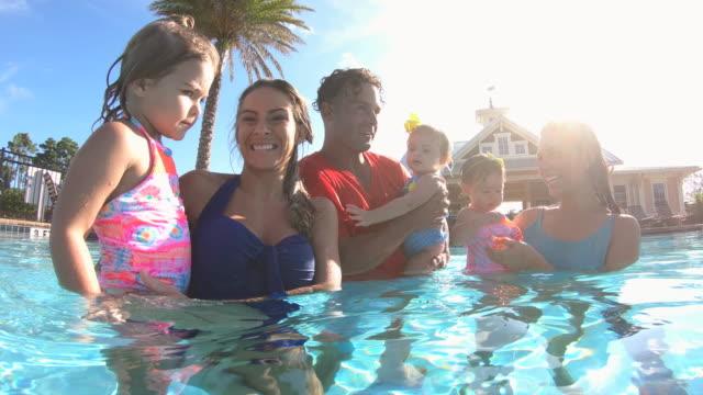 familie und freunde hängen im schwimmbad - 30 34 years stock-videos und b-roll-filmmaterial