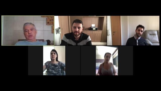 自宅でのビデオ会議で家族や友人の幸せな瞬間 - 画面点の映像素材/bロール