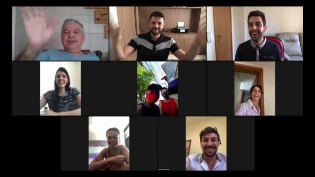 famiglia e amici momenti felici in videoconferenza a casa - webcam video stock e b–roll
