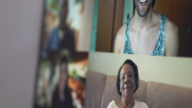 vídeos de stock, filmes e b-roll de familiares e amigos momentos felizes em videoconferência em casa - avó