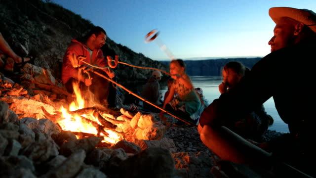 familie und freunde, lagerfeuer am strand - beide elternteile stock-videos und b-roll-filmmaterial