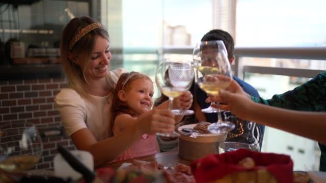 vídeos de stock, filmes e b-roll de família e amigos em um brinde comemorativo no tempo do natal - varanda