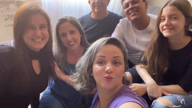 自宅で自分撮りを取る家族や友人 - 自画像点の映像素材/bロール