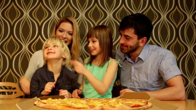 vídeos y material grabado en eventos de stock de familia y pizza - doughter