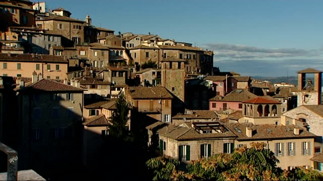 family and suspects in meredith kercher murder arrivals / general views of perugia town perugia general view of houses on hillside pan to valley... - ペルージャ市点の映像素材/bロール