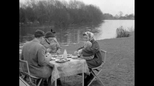 vídeos y material grabado en eventos de stock de family and teen girls eat picnics by river thames; 1956 - bicicleta antigua
