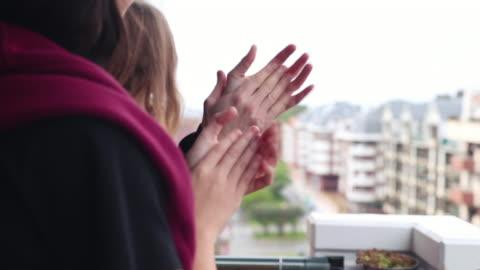 family applauding from the balcony of their home - applådera bildbanksvideor och videomaterial från bakom kulisserna