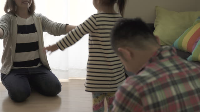 family are playing in the living room together - solo giapponesi video stock e b–roll