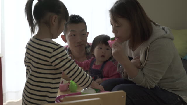 family are playing in the living room together - 団らん点の映像素材/bロール