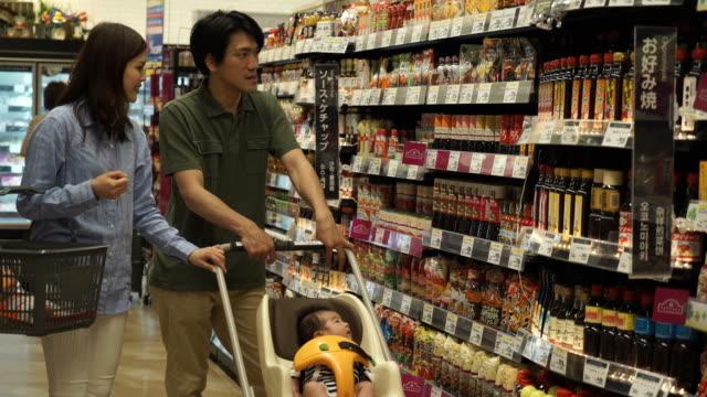 家族がショッピング カートでショッピングします。 - buying点の映像素材/bロール