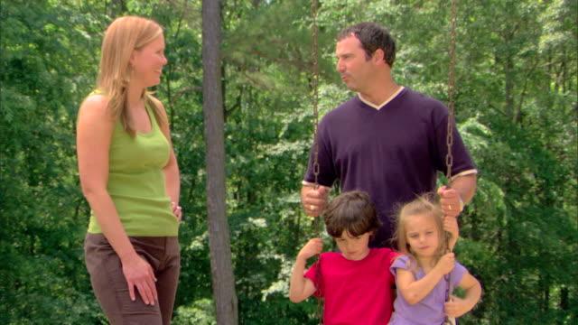 family at a playground - この撮影のクリップをもっと見る 1428点の映像素材/bロール