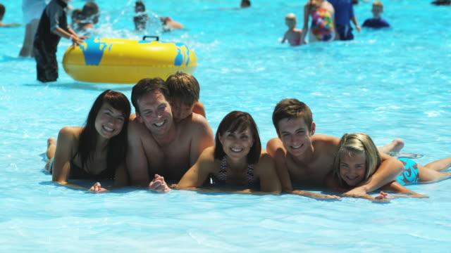 vídeos de stock e filmes b-roll de family at a water park - família com quatro filhos